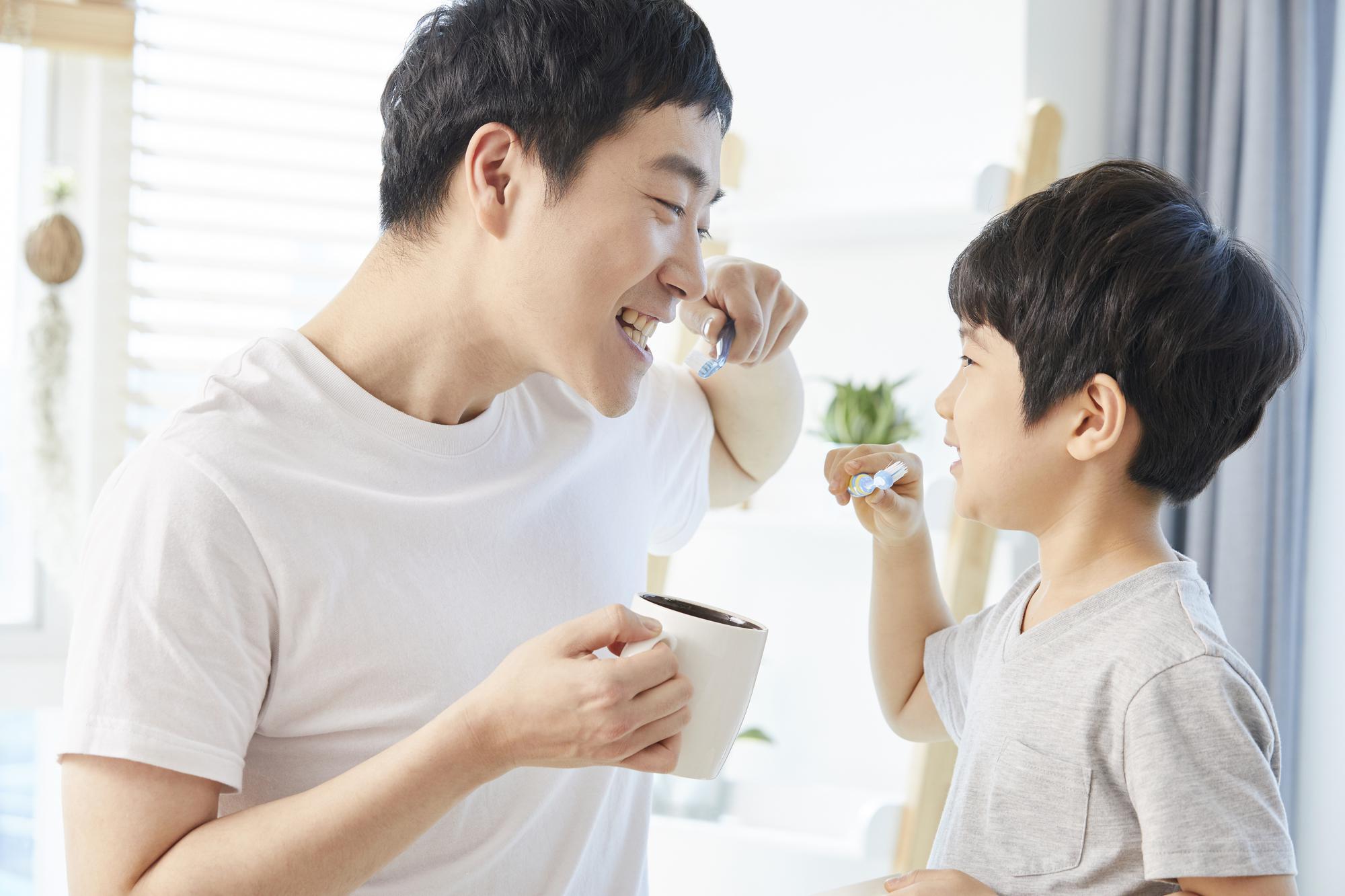 歯磨きするパパと子ども