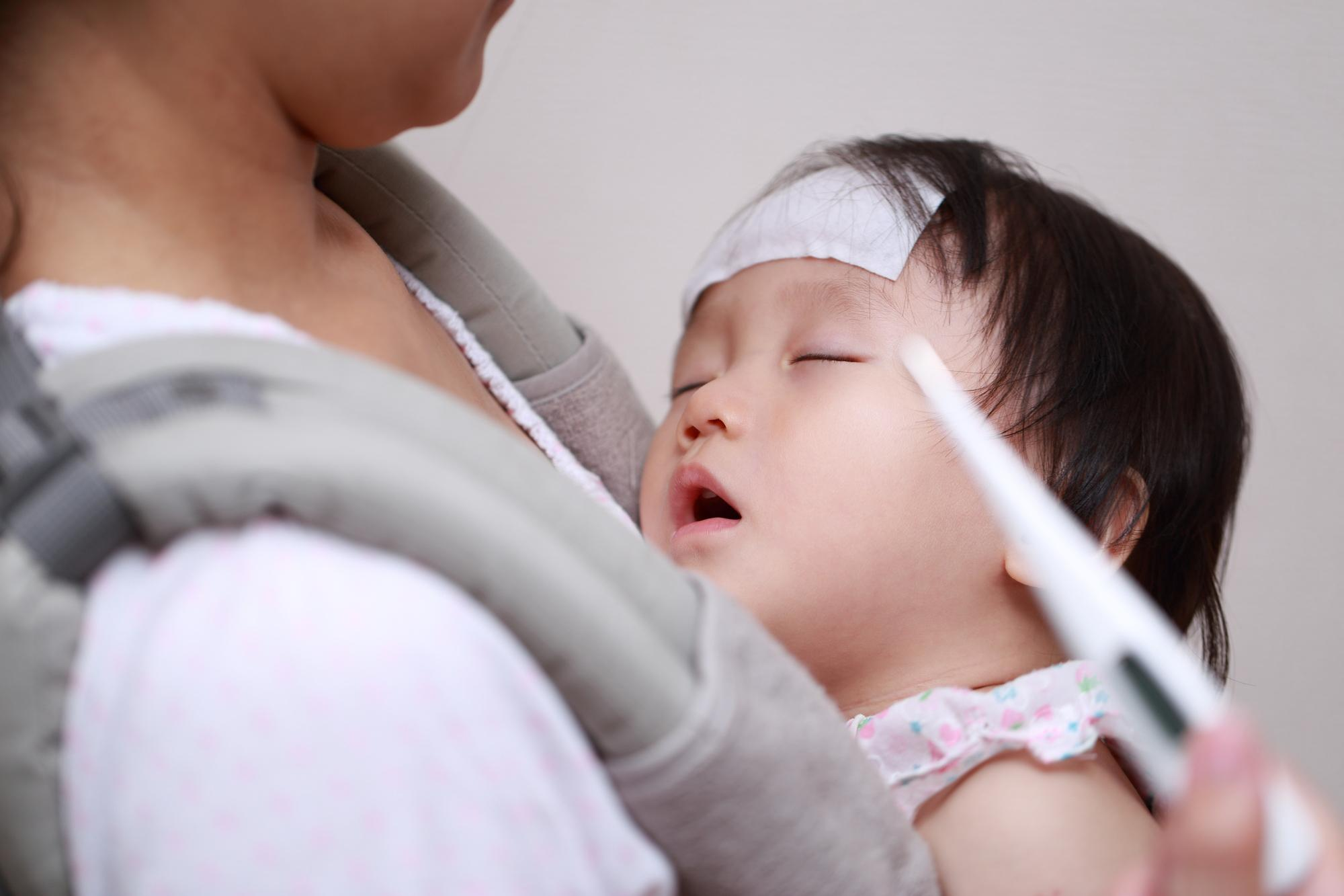 熱を出す乳児