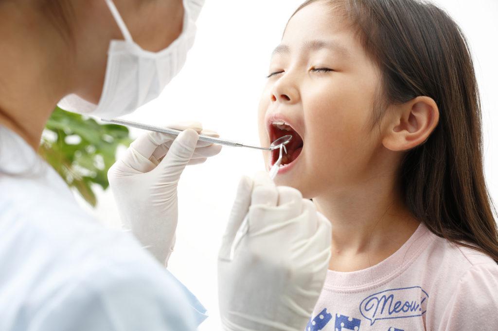 歯医者で定期的に歯の検査をする子どもの写真