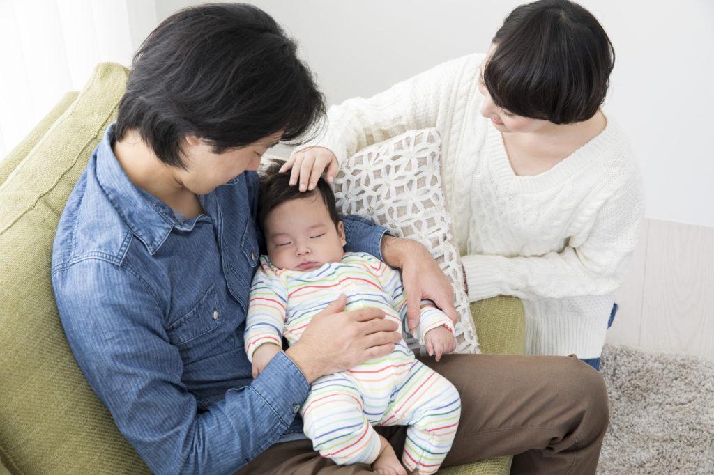 育児を分担する夫婦のイメージ写真