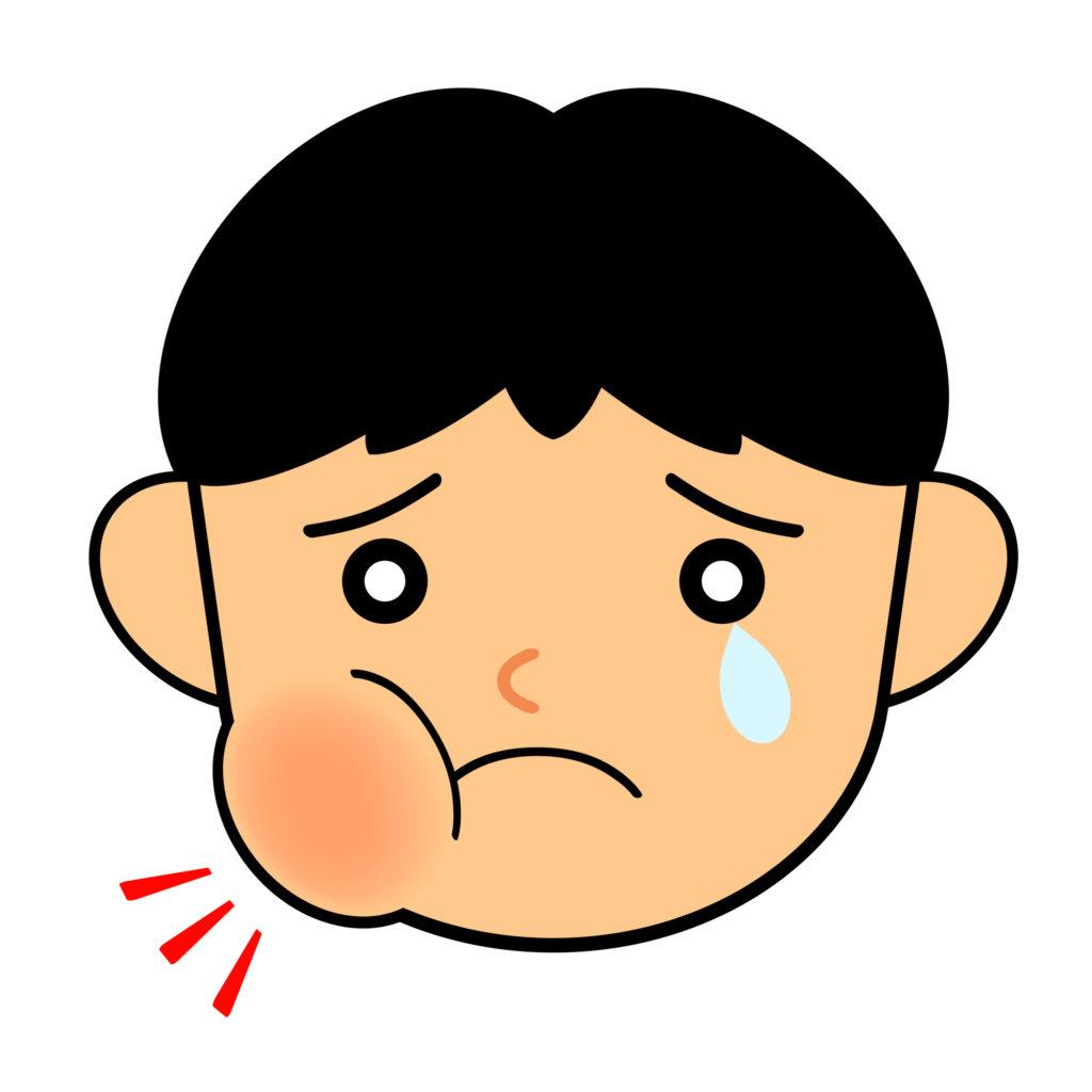 過剰歯が細菌感染し顔が腫れる子ども